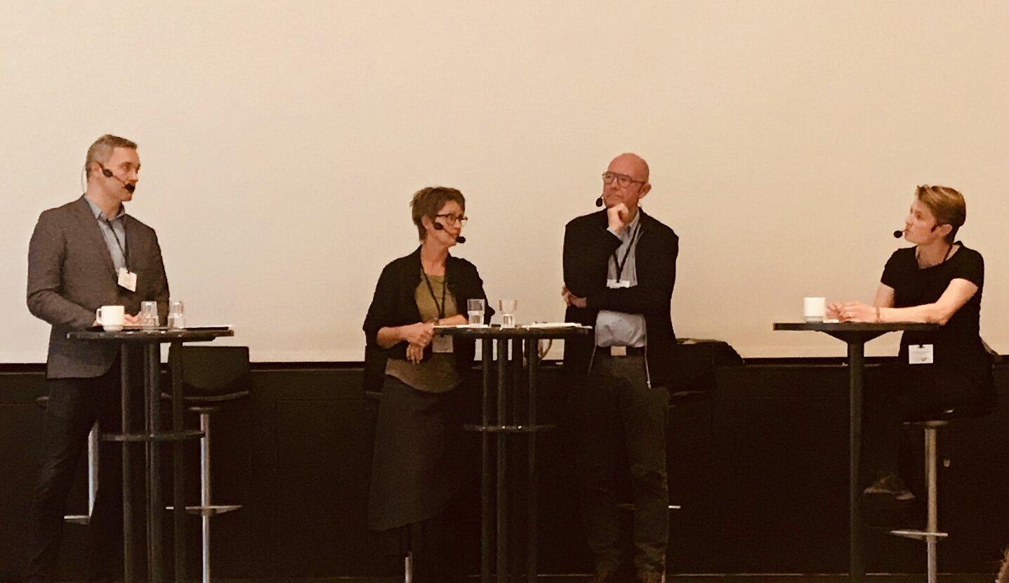 Nynne Bjerre Christensen styrede den politiske debat mellem de tre transportordførere, Thomas Jensen (S), Susanne Zimmer (ALT) og Henning Hyllested (EL).