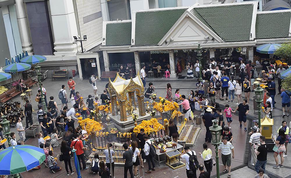 Erawan Shrine, mitt i centrala Bangkok.