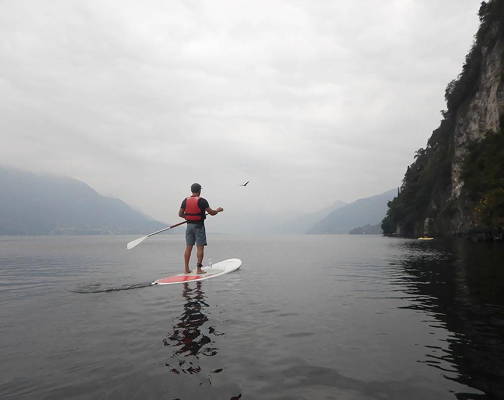 Att paddla ut i dimman över Comosjön var en upplevelse.