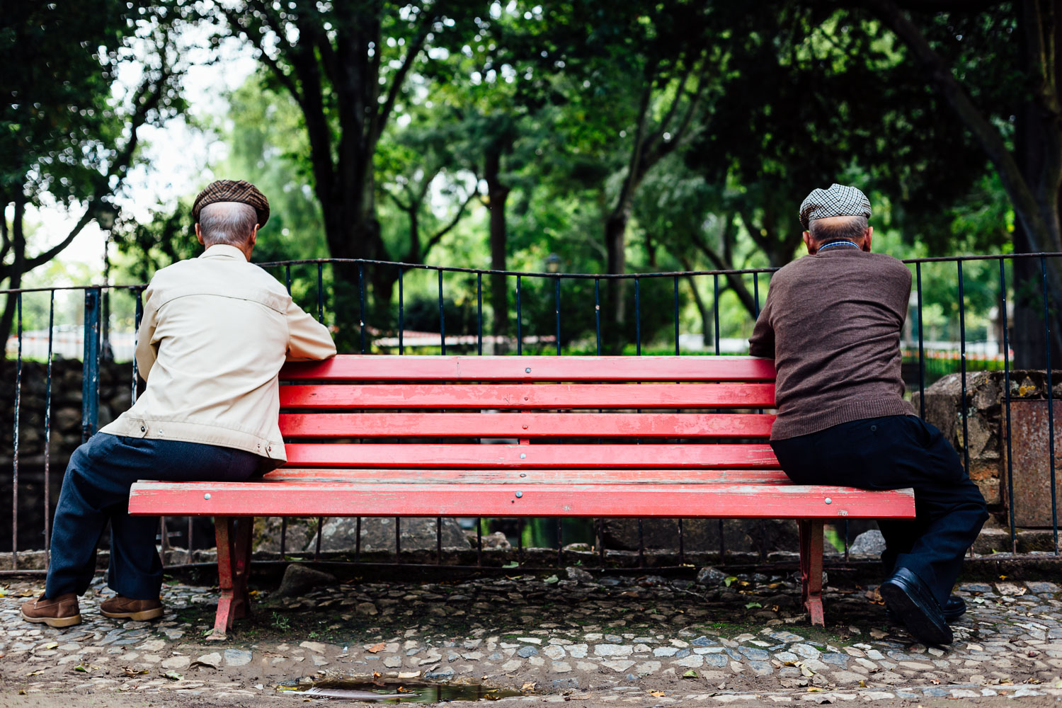 Park-Bench-Elderly-Red-Color-Friendship-Durazo-Photography