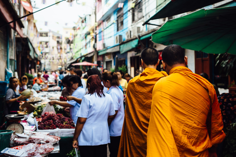 Monks-Orange-Robe-Crowd-Walking-Travel-Thailand-Daniel-Durazo-Photography