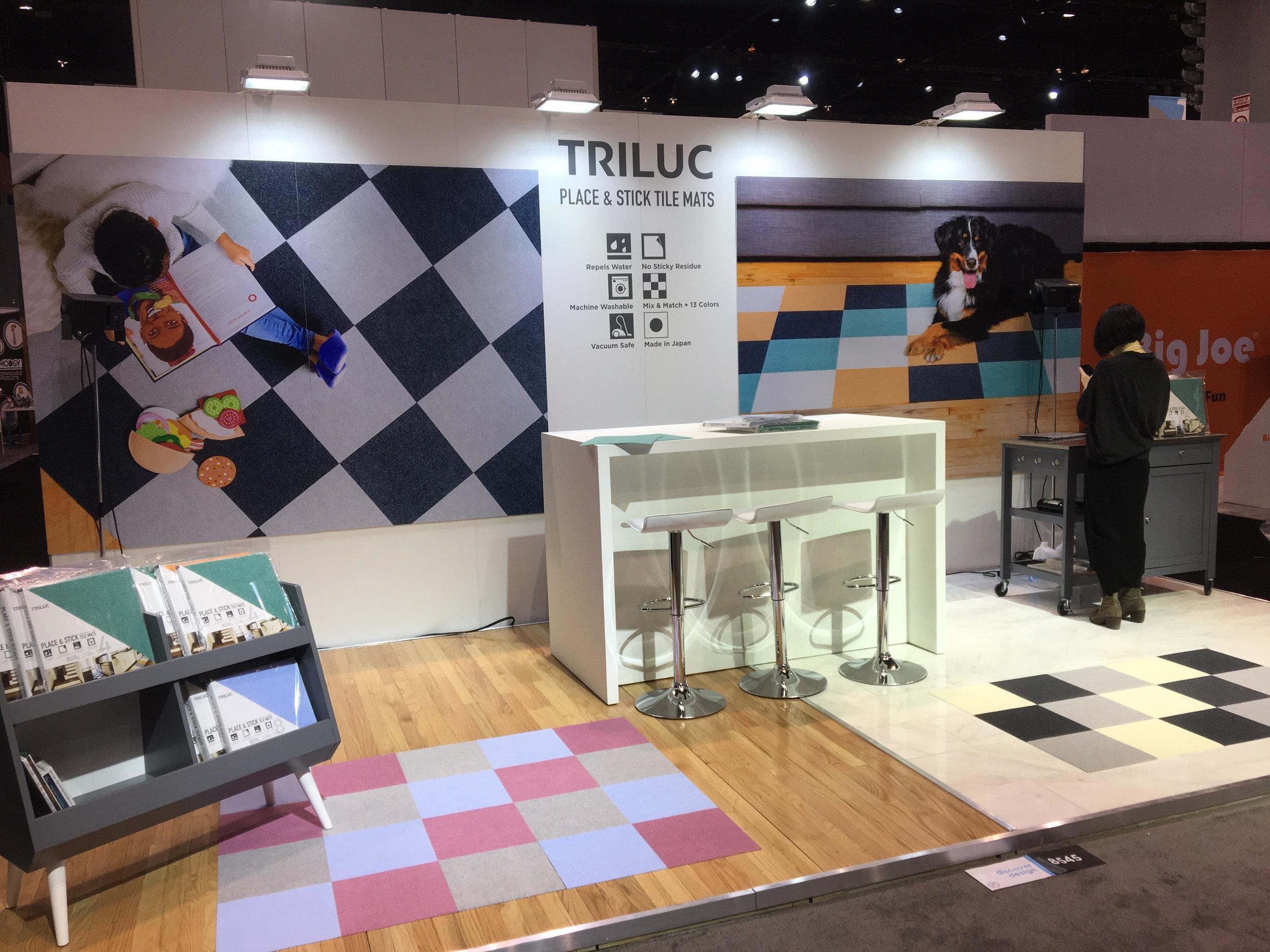サンコー社Trilucブース。商談ブースの準備、デモストレーター用のマイク機材の設置と確認の最中です。