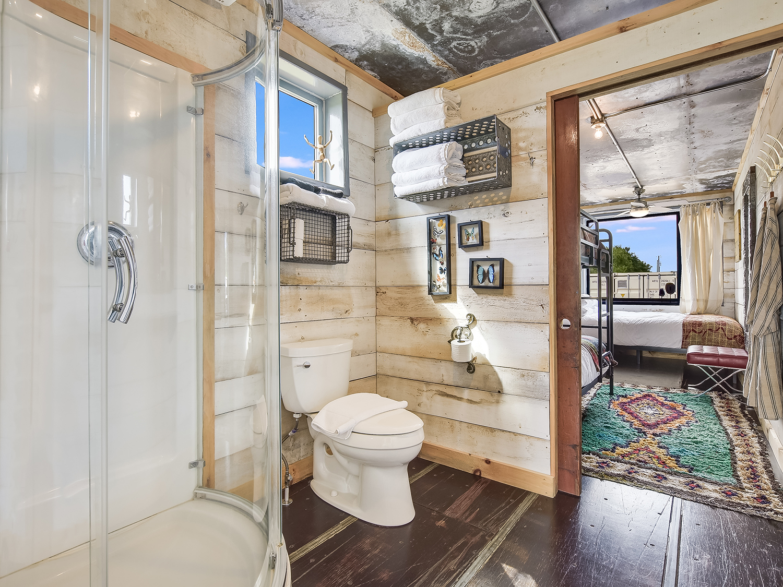 050_Unit 6 Bathroom.jpg