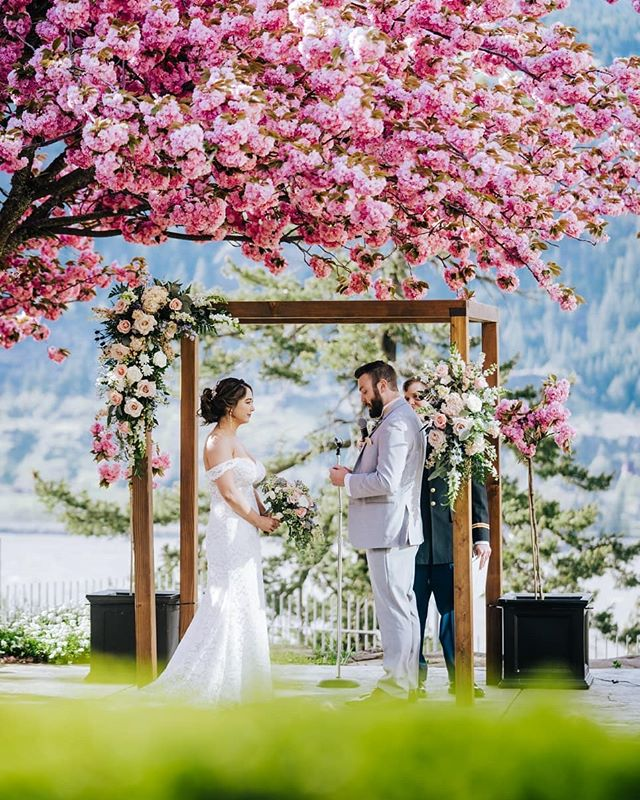 The most picture perfect ceremony we've ever seen. Congrats Ben & Chelsea!  #oregonweddingphotographer #wedventuremag #resourceweddings #oregon #weddinginspo