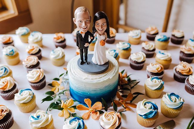 How fun are these!?! 😂 Bobble heads of the Bride and Groom made the cutest cake topper🤵🏻👰🏻 #weddingphotography #oregonweddingphotography #pnwweddingphotography #focalpointstudios #focalpointweddings #brideandgroom #oregonbride #bobblehead #weddingcake #weddingcakeideas #caketopper #weddingdetails #uniqueweddingideas #weddingdecor