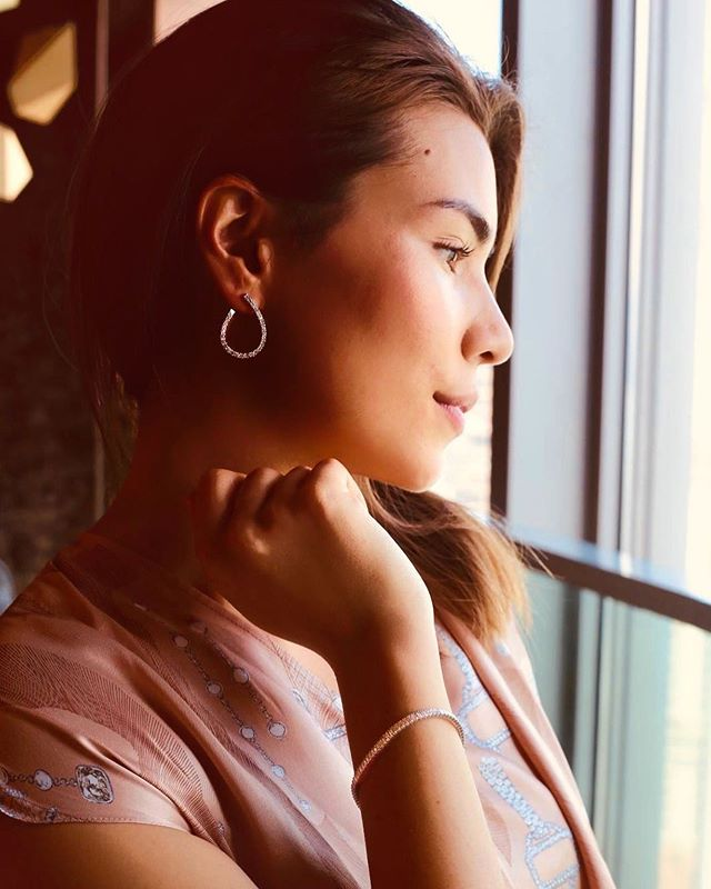 Diamonds are a form of art. Only you can wear it and its timelessness never goes out of style. Seen here is our model Michelle wearing our beautiful tear drop-shaped hoop earrings and diamond tennis bracelet. • • • • • • #tennisbracelet #bracelet #diamonds #earrings #diamondearrings #bestjewellery #diamondlife #handmade #bespoke #luxury #luxurygoods#jewellery #jewelry #jewellerydesign#jewelrydesign #jewellerydesigner#jewelrydesigner #the5thc #hkig #jewels #gia#fbloggers #fblogger #diamondsareforever #diamondsforlife #hongkong #hkig #discoverhongkong