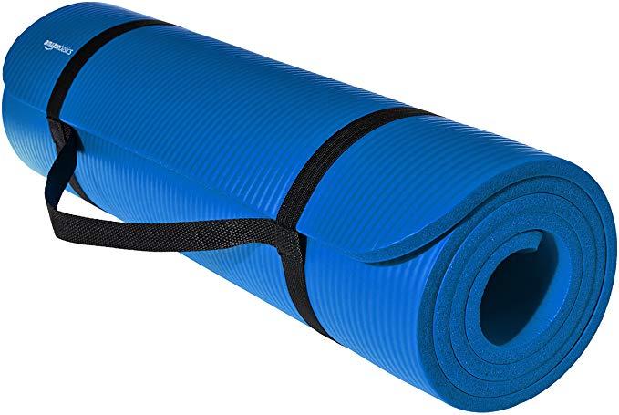 Una tapete de yoga hace la función de cama ligera.