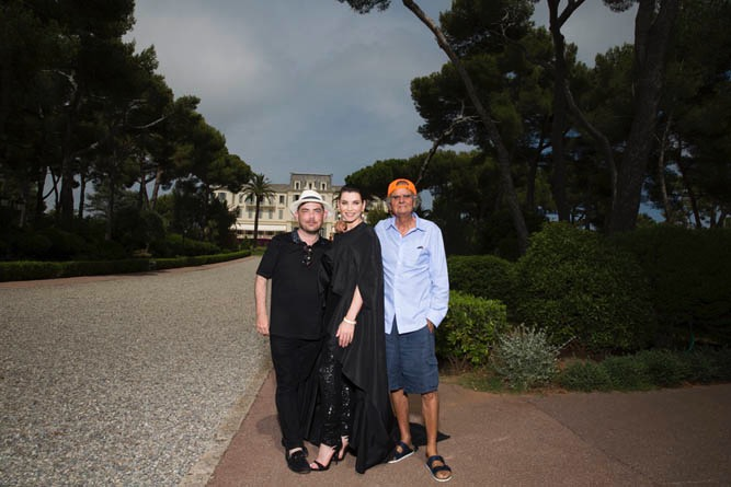 During a photo shoot at the Hotel du Cap Eden Roc in Cap d'Antibes, 360bespoke founder Jeremy Murphy poses with Julianna Margulies and Patrick Demarchelier.