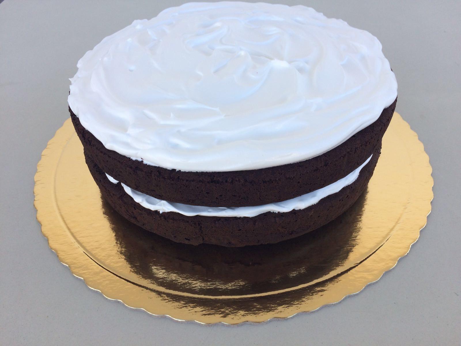 bolo de alfarroba coberto de merengue