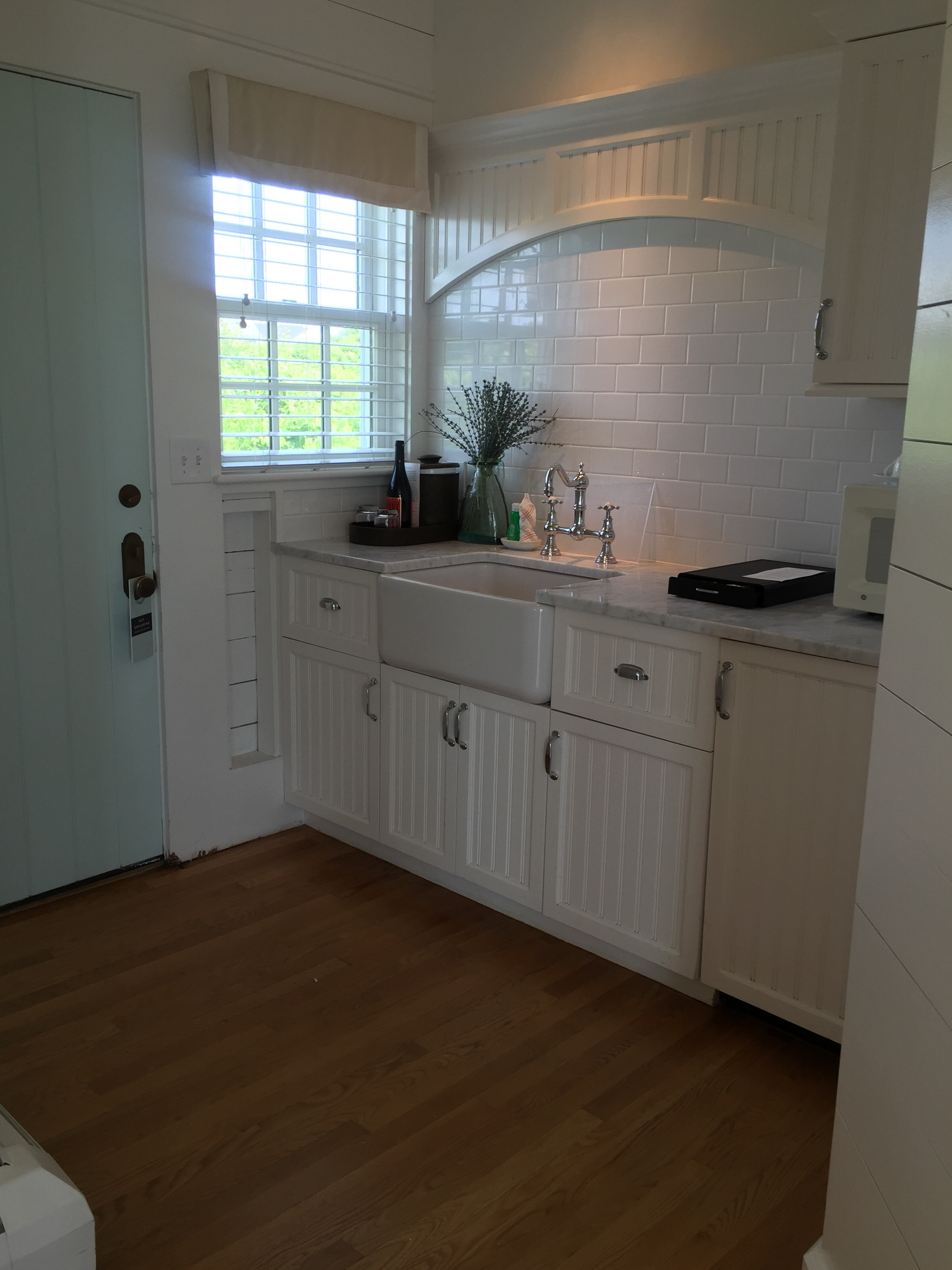 Just inside of the front door... this cute kitchenette