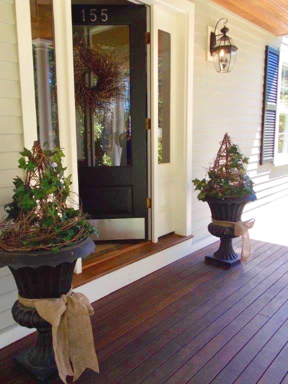 Springtime-door-decor-urns-ivy-topiary.jpg