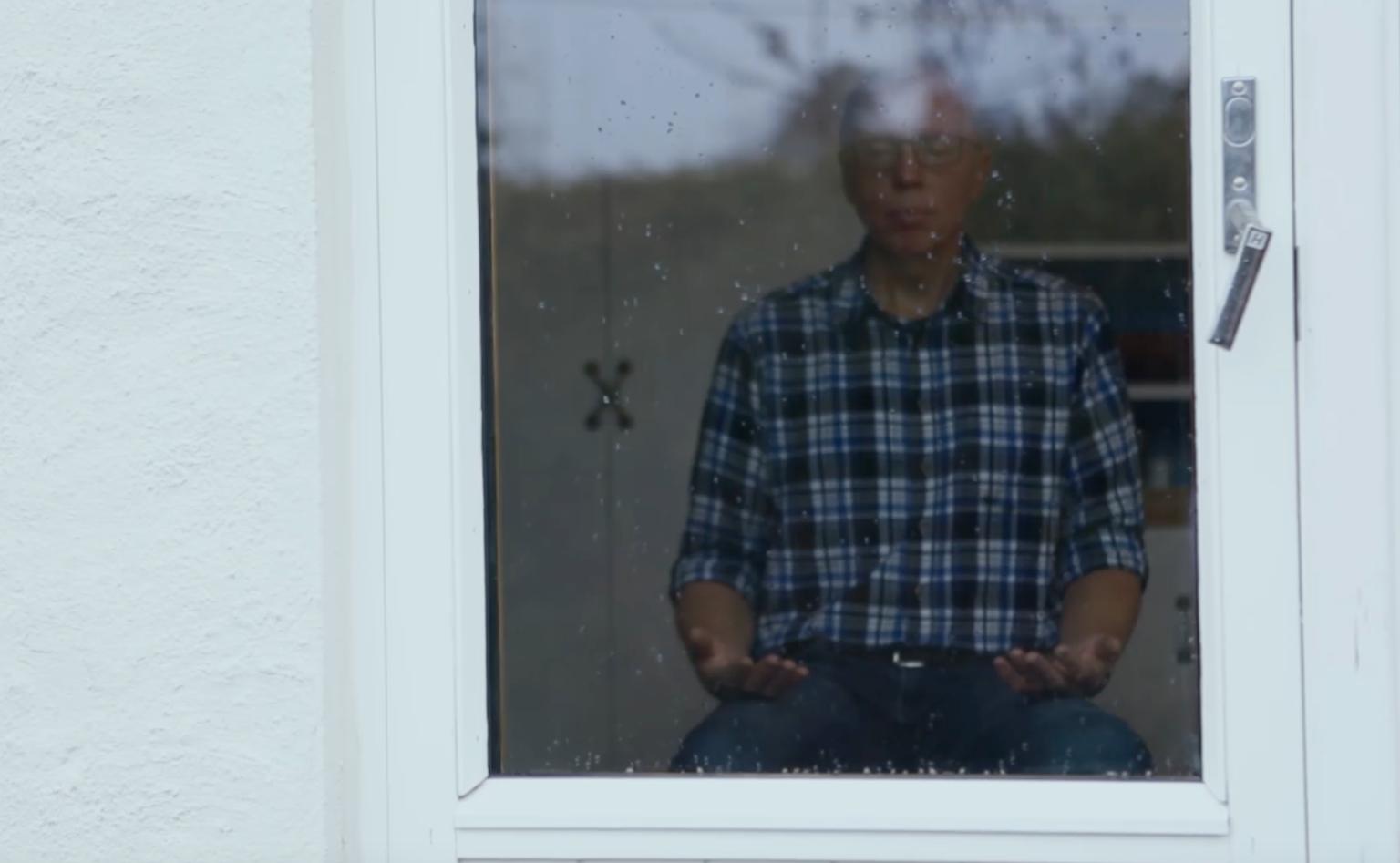 Tore Laugerud praktiserer sentrerende bønn (Screenshot fra video av Jens Emil Asp)