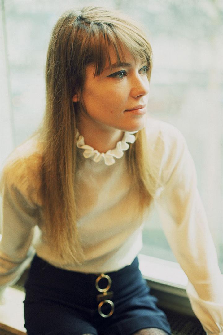 detail-classic-style-type-francoisehardy-blouse-shorts-bangs-cateyeliner-french-chic.jpg