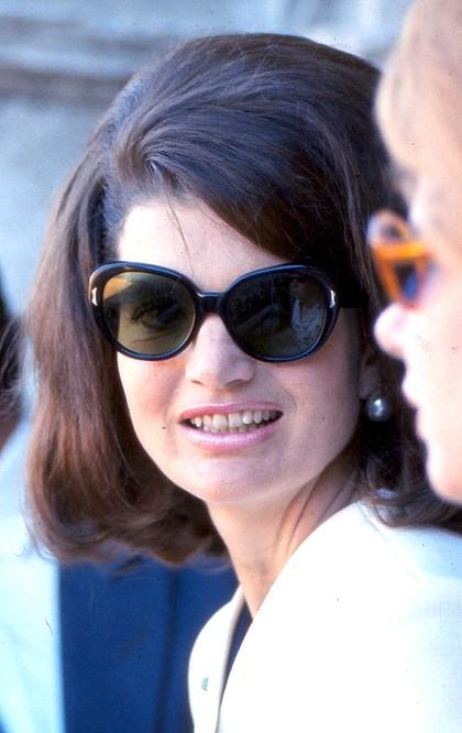 detail-classic-style-type-jackieo-sunglasses-pearl-earrings.jpg