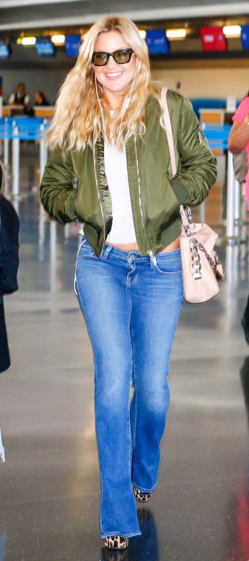 outfit-boho-style-type-flare-jeans-green-bomber-jacket-katehudson-travel-outfit-jfk-airport-in-nyc.jpg