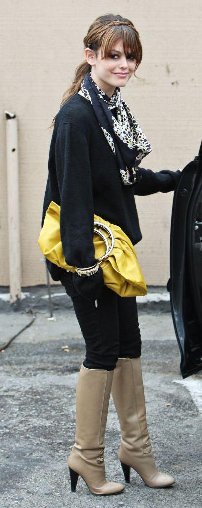 detail-retro-style-type-fashion-rachelbilson-boots-scarf-ponytail-bangs-hair-yellow-bag-black-sweater.jpg