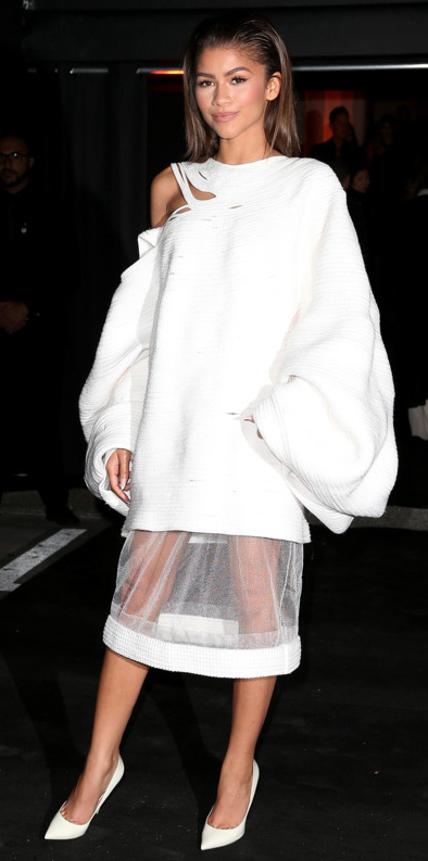 detail-trendsetter-style-type-fashion-zendaya-white-oneshoulder-dress-oversized-midi-pumps-monochromatic.jpg