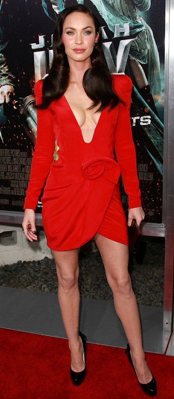 detail-dramatic-style-type-red-dress-bodycon-meganfox-plungingneckline-mini-pumps-redcarpet.jpg