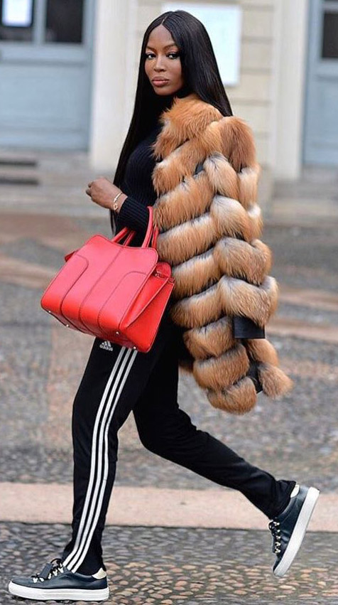 detail-dramatic-style-type-naomicampbell-red-bag-tote-fur-coat-sneakers-trackpants-black-camel-long-hair-street-style-model.jpg