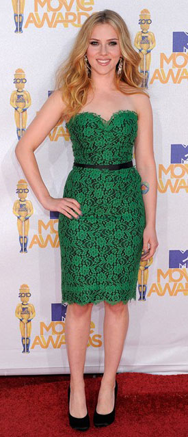 comfort-bombshell-sexy-style-type-scarlettjohansson-green-dress-strapless-belt-lace-emerald-pumps-bodycon-blonde-long-wavy-hair.jpg