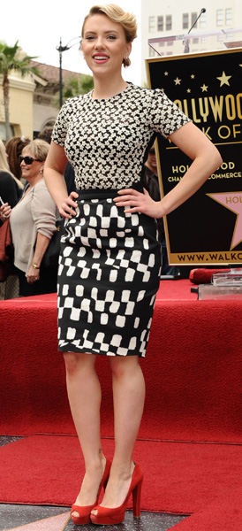 detail-scarlettjohansson-bombshell-sexy-style-type-hollywood-pencil-skirt-mix-prints-red-pumps-blonde-updo.jpg