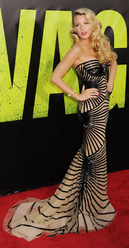 celebrity-bombshell-sexy-style-type-blakelively-black-nude-gown-dress-redcarpet-blonde-wavy-hair-red-lips-strapless.jpg