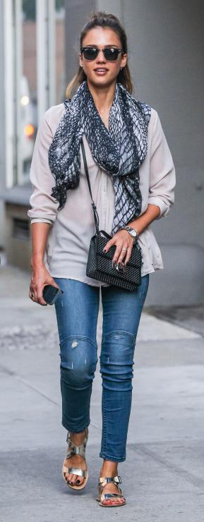 comfort-natural-sporty-style-type-jessicaalba-jeans-skinny-jeans-scarf-tunic-shirt-sandals-ponytail-crossbody-streetstyle.jpg