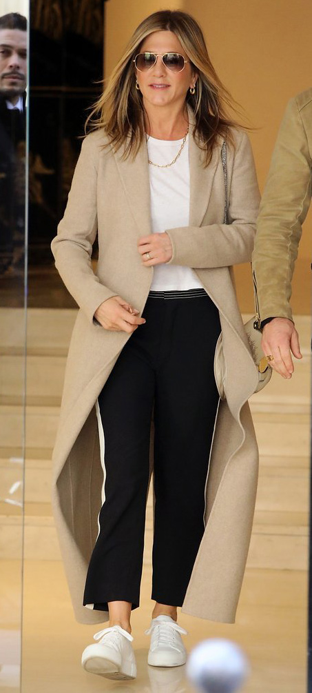 key-natural-sporty-style-type-jenniferaniston-beige-maxi-coat-sneakers-white-tee-black-pants-casual-streetstyle.jpg