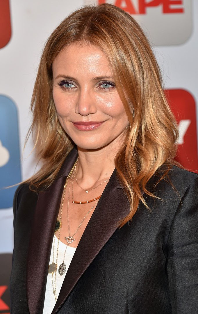 jewelry-natural-sporty-style-type-camerondiaz-wavy-loose-necklace-delicate-layered-blazer.jpg