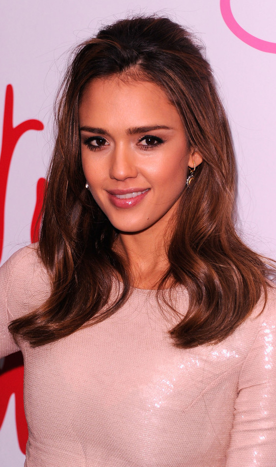 jewelry-natural-sporty-style-type-jessicaalba-earrings-drop-pink-dress-long-hair-wavy-loose.jpg