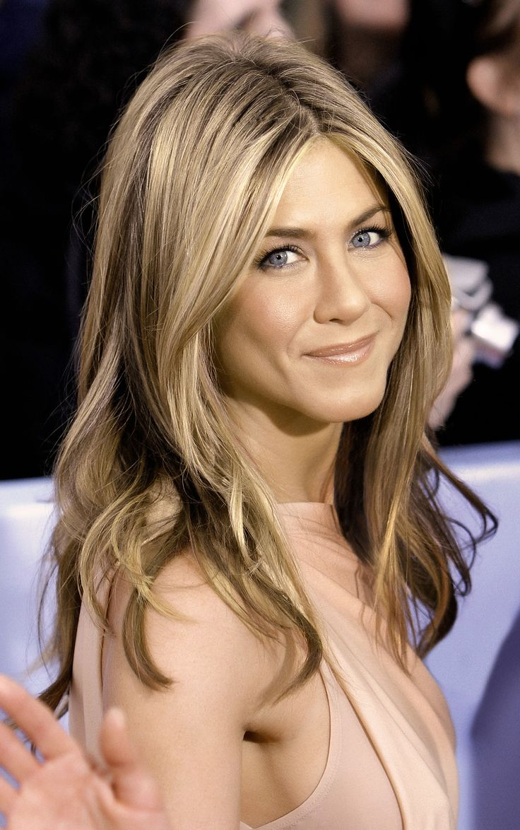 hair-natural-sporty-style-type-jenniferaniston-celebrity-long-hairstyles-popular-blonde-highlights-center-part-loose-waves.jpg