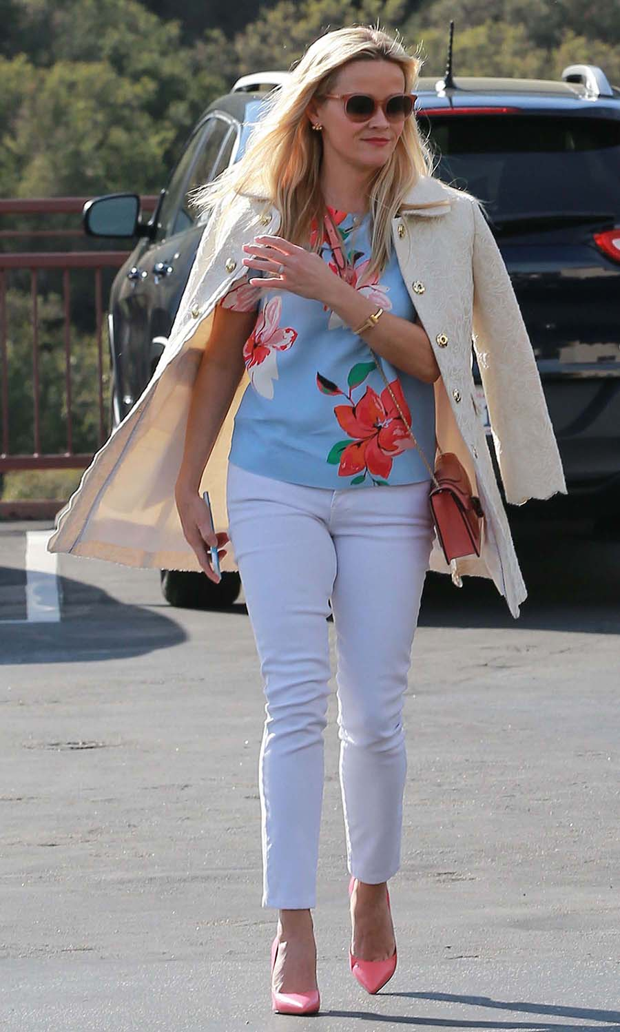 white-skinny-jeans-blue-light-top-floral-print-pink-shoe-pumps-white-jacket-coat-pink-bag-sun-reesewitherspoon-howtowear-style-spring-summer-blonde-lunch.jpg