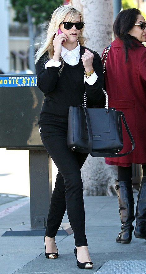 black-skinny-jeans-white-top-collared-shirt-black-sweater-black-bag-sun-black-shoe-pumps-reesewitherspoon-howtowear-style-fall-winter-blonde-work.jpg