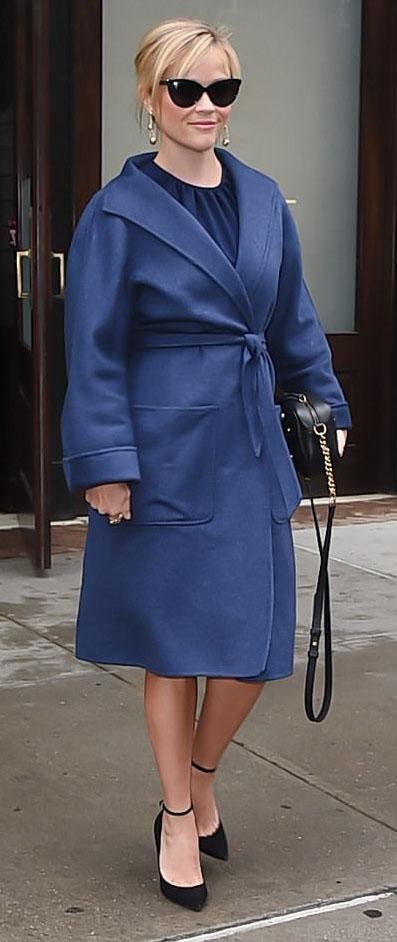 blue-navy-jacket-coat-black-shoe-pumps-sun-earrings-black-bag-reesewitherspoon-howtowear-style-fall-winter-blonde-dinner.jpg
