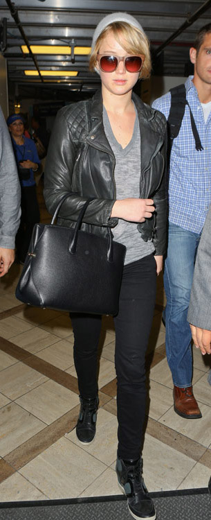 black-skinny-jeans-grayl-tee-black-jacket-moto-black-bag-tote-beanie-sun-black-shoe-sneakers-jenniferlawrence-style-fall-winter-blonde-weekend.jpg