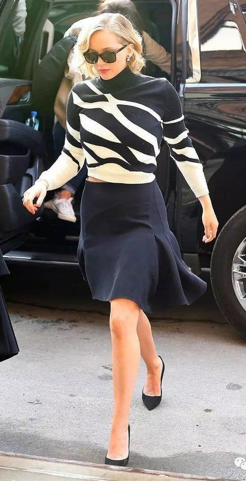 black-mini-skirt-black-sweater-turtleneck-stripe-print-sun-black-shoe-pumps-flare-jenniferlawrence-style-fall-winter-blonde-work.jpg