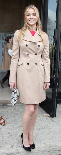 tan-jacket-coat-trench-black-shoe-pumps-jenniferlawrence-style-spring-summer-blonde-dinner.jpg