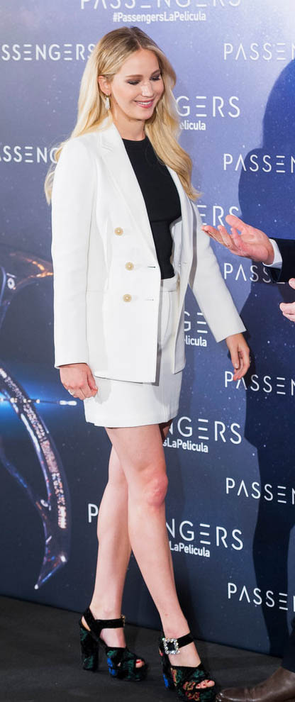 white-mini-skirt-black-sweater-white-jacket-blazer-black-shoe-sandalh-earrings-jenniferlawrence-style-fall-winter-blonde-dinner.jpg