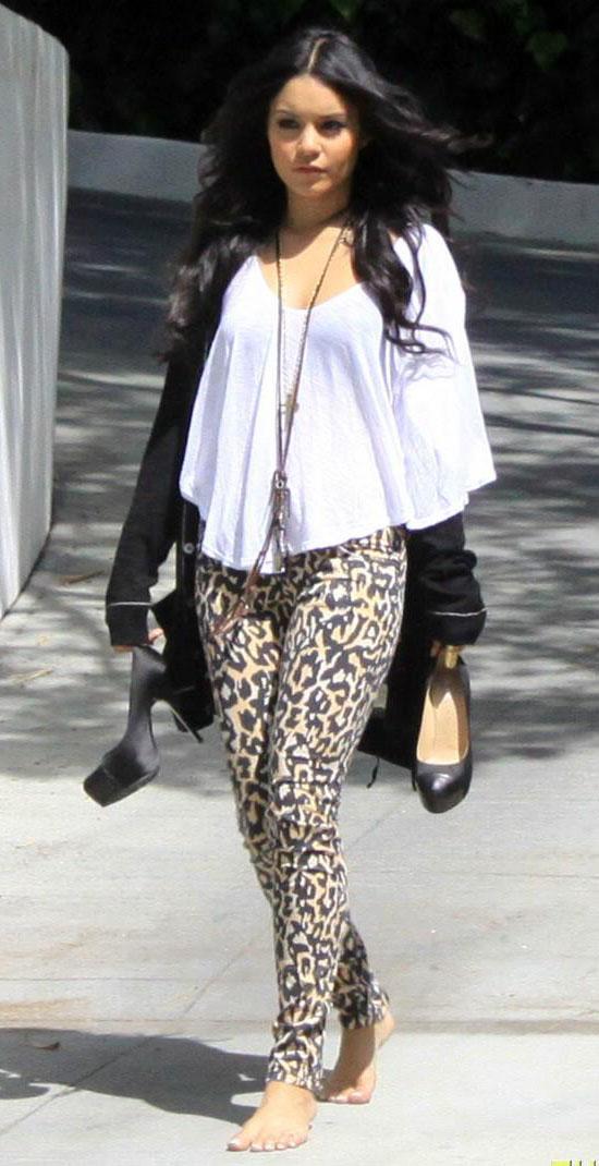 o-tan-leggings-zprint-white-tee-black-shoe-pumps-necklace-pend-vanessahudgens-leopard-wear-outfit-fashion-fall-winter-brun-black-cardigan-weekend.jpg