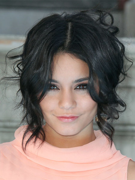 hair-vanessahudgens-brun-wavy-updo-centerpart-eyeliner-peach.jpg