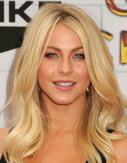 hair-juliannehough-blonde-makeup-zigzagpart-long-wavy.jpg
