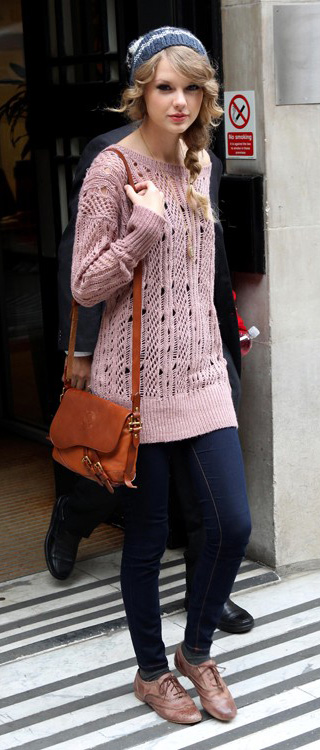 blue-navy-skinny-jeans-r-pink-light-sweater-tunic-brown-shoe-brogues-cognac-bag-beanie-braid-taylorswift-howtowear-fashion-style-outfit-blonde-fall-winter-weekend.jpg
