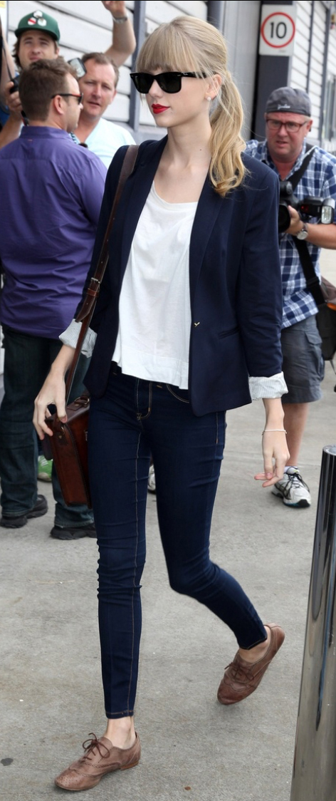 blue-navy-skinny-jeans-white-tee-blue-navy-jacket-blazer-howtowear-fashion-style-outfit-fall-winter-brown-shoe-brogues-taylorswift-brown-bag-pony-sun-weekend.jpg