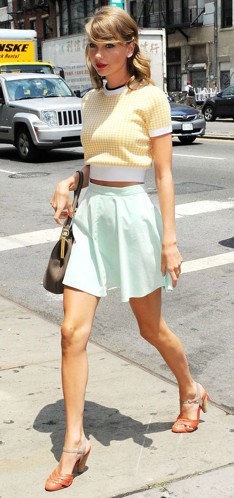 green-light-mini-skirt-yellow-sweater-orange-shoe-pumps-taylorswift-spring-summer-blonde-lunch.jpg