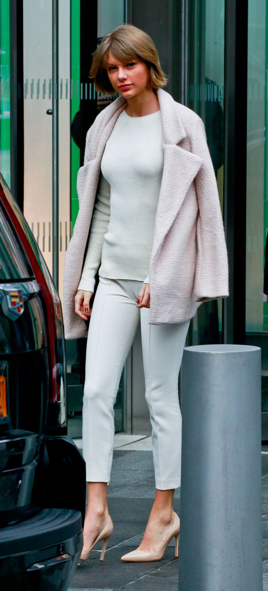 white-slim-pants-white-sweater-pink-light-jacket-coat-tan-shoe-pumps-taylorswift-fall-winter-blonde-work.jpg
