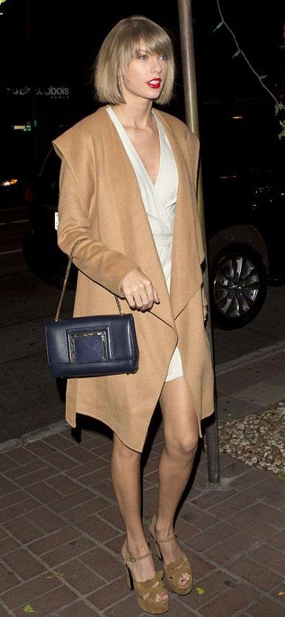 white-dress-wrap-tan-jacket-coat-blue-bag-tan-shoe-sandalh-taylorswift-spring-summer-blonde-dinner.jpg