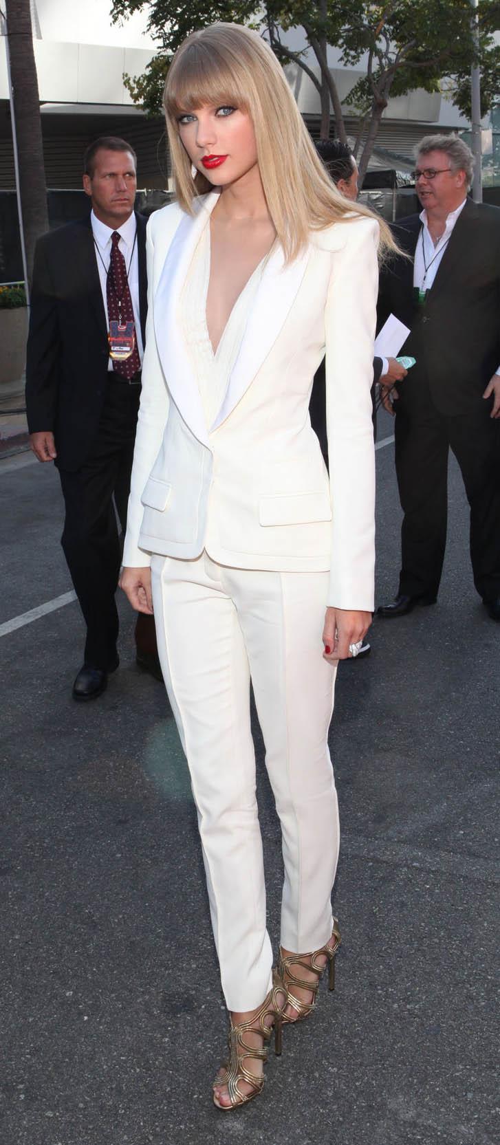 white-slim-pants-white-jacket-blazer-suit-tan-shoe-sandalh-taylorswift-spring-summer-blonde-dinner.jpg