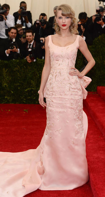 pink-light-dress-gown-train-taylorswift-spring-summer-blonde-elegant.jpg