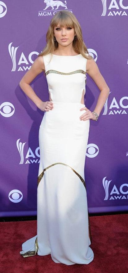 white-dress-gown-gold-elegant-romantic-girly-style-type-taylorswift-blonde-redcarpet.jpg