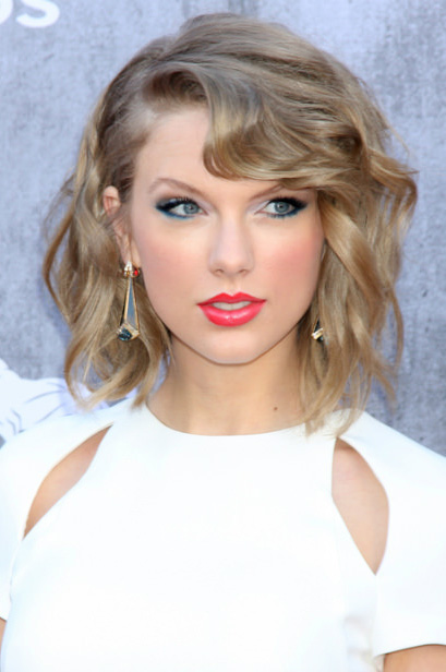 hair-taylorswift-blonde-makeup-wavy-lob-earrings-eyeliner-redlips.jpg